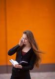 Dorosła młoda ładna biznesowa kobieta pracuje z biura Zdjęcie Stock