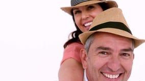 Dorosła para cieszy się moment z kapeluszem zbiory