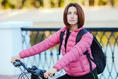 Dorosła piękna rudzielec kobieta z koczka ostrzyżeniem pozuje na bicyklu w jesieni miasta rzeki molu Obrazy Stock