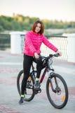 Dorosła piękna rudzielec kobieta z koczka ostrzyżeniem pozuje na bicyklu w jesieni miasta rzeki molu Zdjęcie Royalty Free