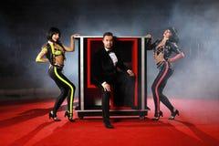 Dorosłe iluzjonisty spełniania sztuczki na scenie fotografia royalty free