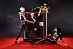 Dorosłe iluzjonisty spełniania sztuczki na scenie obrazy royalty free