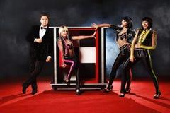 Dorosłe iluzjonisty spełniania sztuczki na scenie zdjęcie royalty free