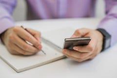Dorosłego fachowy biznesmen bierze notatki w organizatora zdjęcia stock