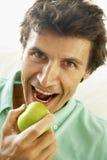 dorosłego jabłczanego łasowania zdrowy mężczyzna w połowie zdjęcie stock