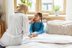 Dorosłego lekarz egzamininuje limfa guzki mała dziewczyna obrazy royalty free
