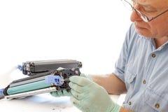 Dorosłego mężczyzna pracująca tonera ładownica Fotografia Stock