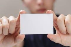 Dorosłego mężczyzna ręki mienia pusta wizytówka przed kamerą obrazy royalty free
