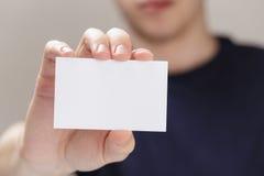 Dorosłego mężczyzna ręki mienia pusta wizytówka przed kamerą Zdjęcia Royalty Free