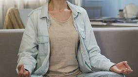 Dorosłej damy joga ćwiczy poza, medytuje dla wewnętrznej harmonii, zdrowy styl życia zdjęcie wideo
