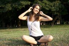 dorosłej dziewczyny słuchająca muzyka Fotografia Royalty Free