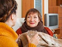 Dorosłej kobiety czułość dla cierpiącej senior matki fotografia stock