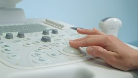 Dorosłej kobiety lekarki ` s ręka przygotowywa ultradźwięku przyrządu obraz cyfrowego Zdjęcia Royalty Free