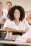 dorosłej kobiety słuchający uczeń zdjęcie stock