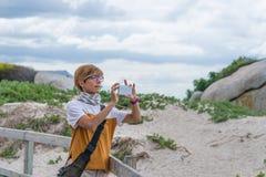 Dorosłej kobiety selfie trzyma mądrze telefon i bierze fotografię, dojrzała kobieta na 40's Udzielenie wspominki, wakacje w Połud Zdjęcie Royalty Free