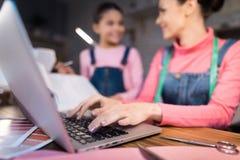 Dorosłej kobiety typ na komputerze obraz stock