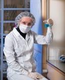 Dorosłej kobiety zbliżenia ochronni szkła i medyczny maskowy mienie w jego ręki szkła kolbie Obraz Stock