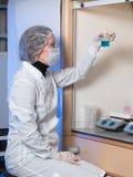 Dorosłej kobiety zbliżenia ochronni szkła i medyczny maskowy mienie w jego ręki szkła kolbie Obrazy Royalty Free