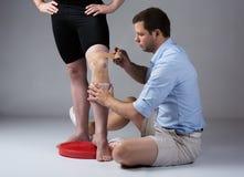 Dorosłej samiec physiotherapist fotografia stock