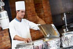 Arabski szef kuchni z jedzeniem przy restauracyjnym hotelem Fotografia Royalty Free