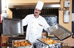 Arabski szef kuchni z jedzeniem przy restauracyjnym hotelem Zdjęcia Stock