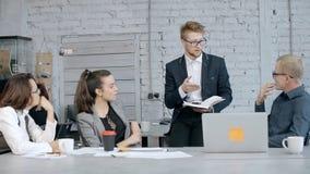 Dorosły biznesmen robi brainstorming badaniu wraz z co zbiory wideo