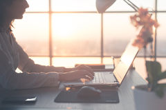 Dorosły bizneswoman pracuje w domu na komputeru osobistego ekranie używać komputer, studiuje biznesowych pomysły