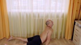 Dorosły caucasian mężczyzna żyje pokój na podłoga zaszaluje ćwiczenie w domu Stażowi sedno mięśnie zdjęcie wideo