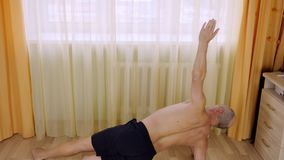 Dorosły caucasian mężczyzna żyje pokój na podłoga zaszaluje ćwiczenie w domu Stażowi sedno mięśnie zbiory