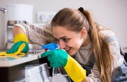 Dorosły dziewczyny okurzanie ukazuje się w mieszkaniowej kuchni obrazy royalty free
