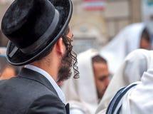 Dorosły Hasid w tradycyjnym kapeluszu z długimi payos i Modlitwa Hasidim fotografia royalty free