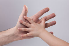 dorosły x27 i child&; s ręki macania pomocy czułość Obraz Royalty Free