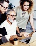 Dorosły kierownik i jego asystent robi wielkiemu brainstorming w nowożytnym biurze Brodaty pomyślny biznesmen opowiada z zdjęcia royalty free
