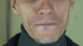 Dorosły mężczyzna śpiewa piosenkę w frontowej kamerze z szczecina usta zęby emocje zbiory wideo