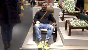 Dorosły mężczyzna błaź się siedzieć w kołysa krześle zbiory