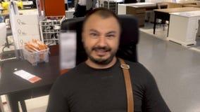 Dorosły mężczyzna błaźnić się i uśmiechnięty obsiadanie w krześle zbiory wideo