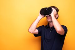 Dorosły mężczyzna cieszy się VR przekładnię zdjęcia royalty free