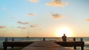 Dorosły mężczyzna dopatrywania wschód słońca zbiory