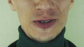 Dorosły mężczyzna emocjonalnie śpiewa piosenkę w frontowej kamerze usta zęby szczecina zdjęcie wideo