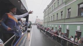 Dorosły mężczyzna fala pom pom w napędowym autobusie Sztafetowa rasa Sochi Olimpijski płomień w świętym Petersburg giro zdjęcie wideo