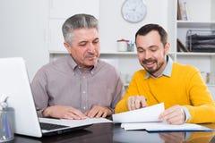 Dorosły mężczyzna i agent dyskutujemy kontrakt Zdjęcie Stock