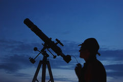 Dorosły mężczyzna i teleskop z kamerą Zdjęcia Royalty Free