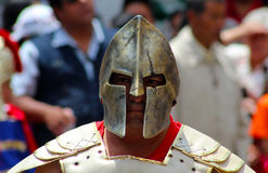 Dorosły mężczyzna jest ubranym spartan styl maskę Obraz Royalty Free