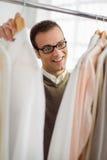 Dorosły mężczyzna target386_0_ koszula w ubrań sklepie obrazy royalty free