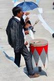 Dorosły mężczyzna używa drewnianego tambourine Zdjęcie Stock
