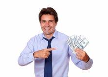 Dorosły mężczyzna wskazuje up gotówkowego pieniądze i trzyma obrazy royalty free