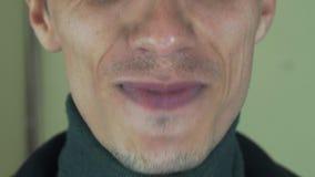 Dorosły mężczyzna wymawia niektóre słowa w frontowej kamerze usta Śpiewa piosenkę szczecina uśmiech zbiory wideo