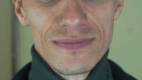 Dorosły mężczyzna wymawia słowa w frontowej kamerze usta zęby szczecina uśmiecha się zbiory