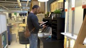 Dorosły mężczyzna z brodą, leafing przez książki w supermarkecie zbiory wideo