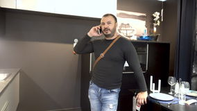 Dorosły mężczyzna z brodą używa telefonu komórkowego smartphone zdjęcie wideo